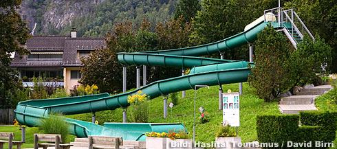 Das Schwimmbad Meiringen hat eine 68m lange Rutschbahn.
