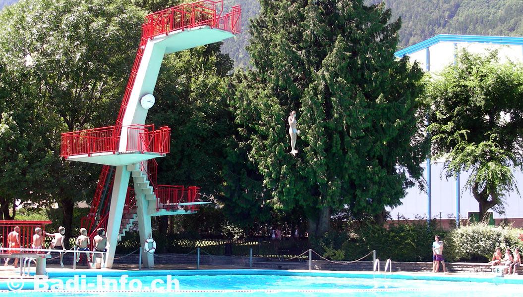 Plongeoir de 10 m tres piscine martigny for Plongeoir piscine